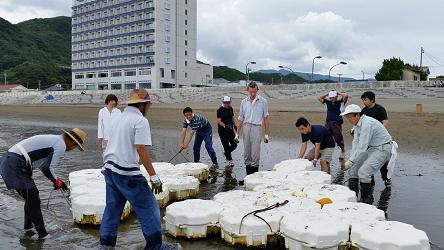 松崎海水浴場の境界線ブイ、飛び込み台の撤去作業