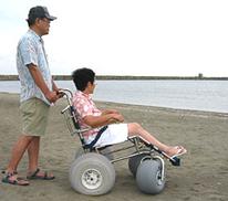 水陸両用車イス『ランディーズ』に乗って、夏を満喫、海遊び