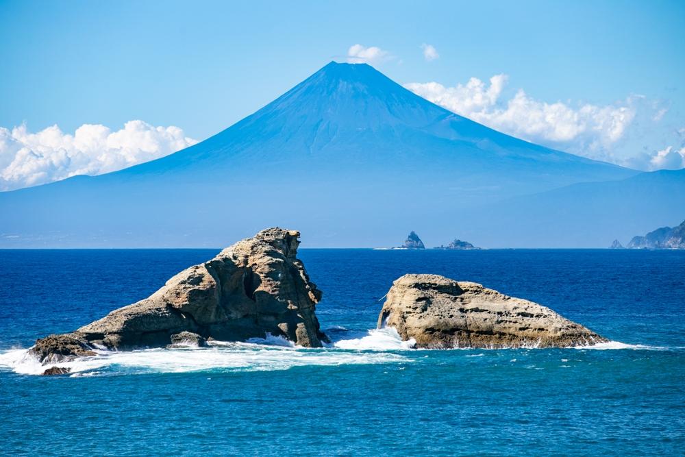 【夏の青富士】雲見海岸からの富士山の景観