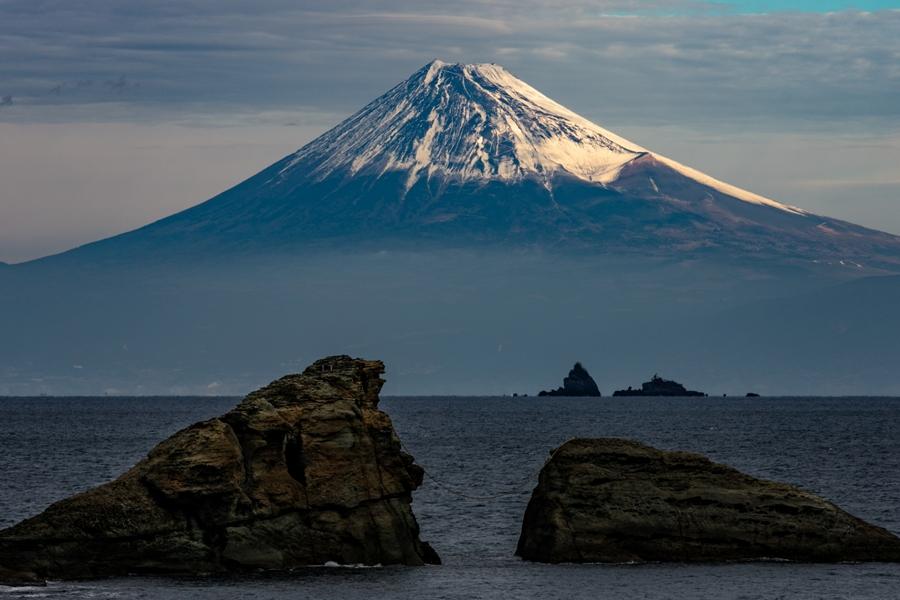 【雲見富士】曇天に鮮やかに浮かび上がる富士山