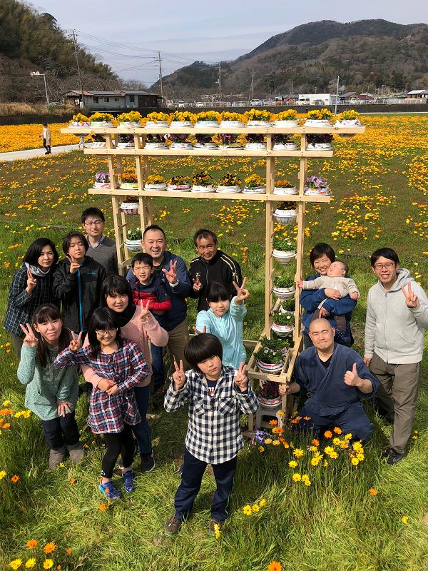 【田んぼをつかった花畑】花畑神社のお花の鳥居が完成しました。