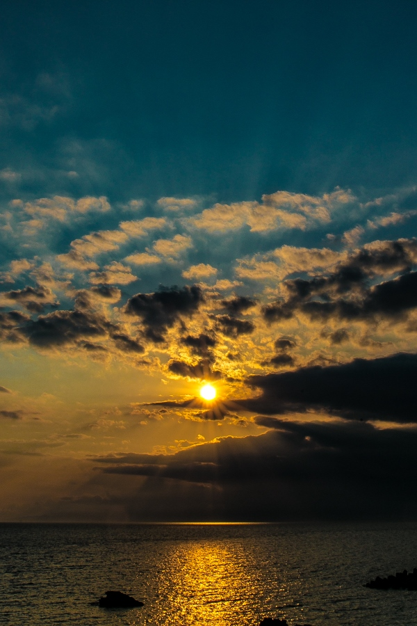 【初夏の夕陽】雲の描く幻想的な夕日がきれいです