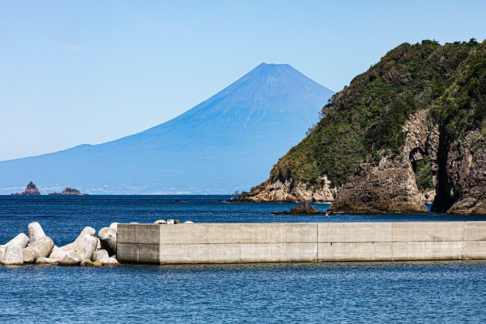 【石部からの富士山】秋にも深まり鮮やかに見られます。