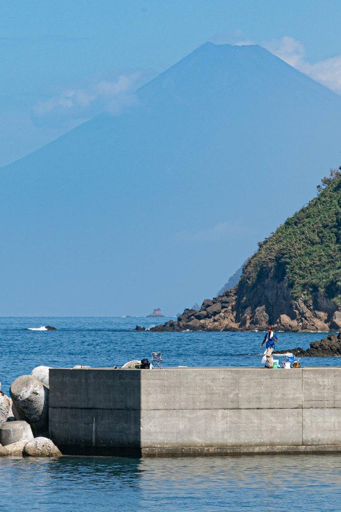 【石部富士】駿河湾に浮かび上がる青い富士