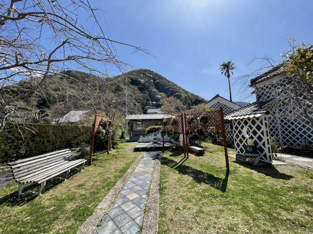 伊豆文邸の庭に「ハンギングバスケット」が飾られました。